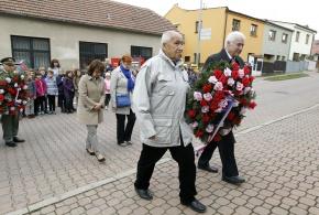 Pokládání věnců u památníku obětem 1 a 2 světové války.