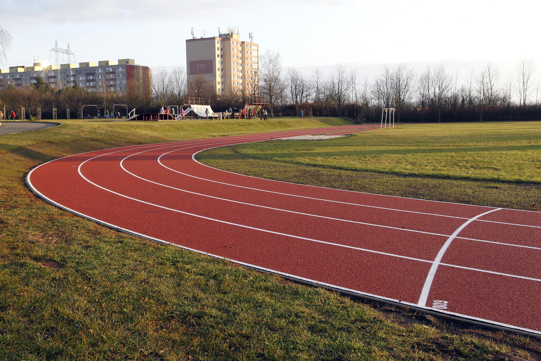 Atletická dráha ZŠ Dopplerova - po rekonstrukci.
