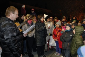 Zpívání pod vánočním stromem