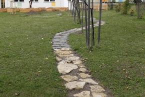Kamenné nášlapy z různých druhů kamene